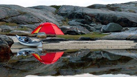 Lovlig å telte: Det er lov å telte fritt i utmark, så lenge teltet er plassert minst 150 meter fra bebodd hus og hytte. Du kan bare telte på samme plass i to døgn. Er du på høyfjellet eller langt fra bebyggelse, kan du telte lenger. (Foto: DNT)