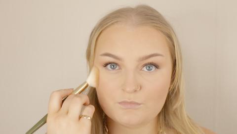JOBB: Lisa Johnsen (23) er utdannet makeupartist, nå har hun landet drømmejobben.