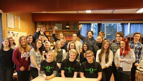Det var stor jubel fra klassen da Smølalaget gikk opp i ledelsen klassequizen. FOTO: SARA LOVISE ROALDSETH / NRK