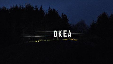 Okea-reklame på toppen av Bjørnehaugen.