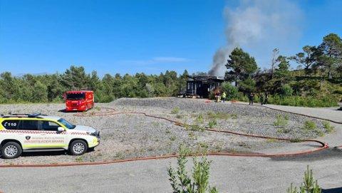 Lørdag kveld pågrep politiet beboeren i hytta i Kristiansund som brant lørdag ettermiddag. Nå er han siktet for skadeverk.