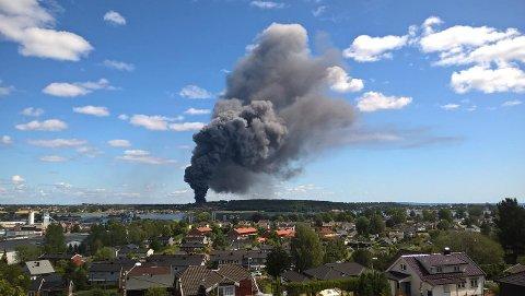 Den kraftige brannen er synlig fra store deler av området.