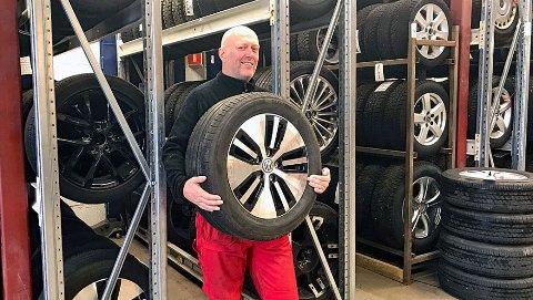 Jan Roar Heggelund hos Asker Dekk, ser med bekymring på at en del bilister velger å kjøre på vinterhjulene året rundt.