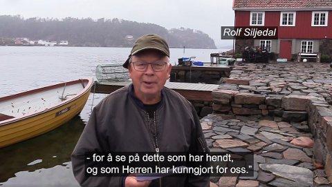 Rolf Siljedal leser juleevangeliet under åpen himmel.