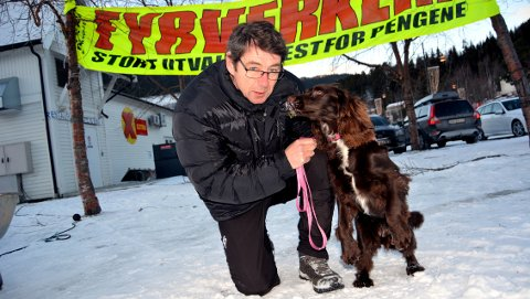 Harald Haga har hund og sender derfor ikke opp raketter på nyttårsaften. Han skal feire inne på fjellet med fem kilometer til nærmeste hytte.