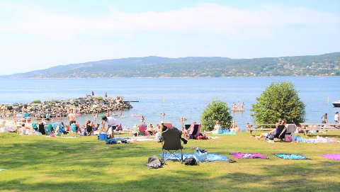 Stranden kaller! Det blir sommervær både lørdag og søndag denne helgen.
