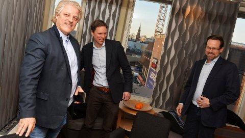 SELGER SEG HELT UT: Asbjørn Abrahamsen (t.v.) kvitter seg nå med siste rest av næringseiendommer i Tønsberg. Kjøperne er Glastad-familien fra Farsund, her representert ved Endre Glastad (t.h.), og Eirik Sunde (midten). Bildet ble tatt da Abrahamsen solgte 75 prosent av daværende AC Nor Gruppen, i februar 2017.