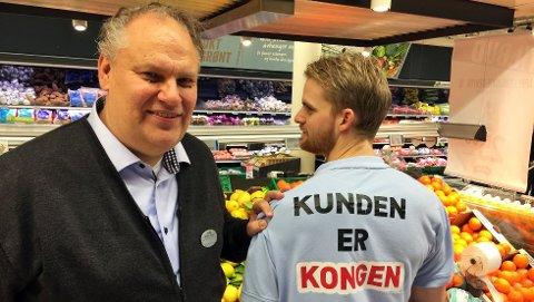 NYTT REKORDÅR: Kjøpmann Pål Jacobsen (t.v.) kan glede seg over at 2017 ble et nytt toppår for Meny Tolvsrød. Her er han sammen med butikkmedarbeider Thomas Flom.