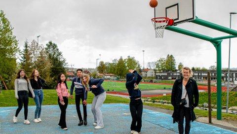 PAUSE: Da Ås Avis var innom Ås ungdomsskole på tirsdag hadde klasse 9A en såkalt kohort-pause. Lærer Lise Værdal (t.h.) styrer pausene for klassen, og tilpasser skoledagen i forhold til andre grupper og klasser.