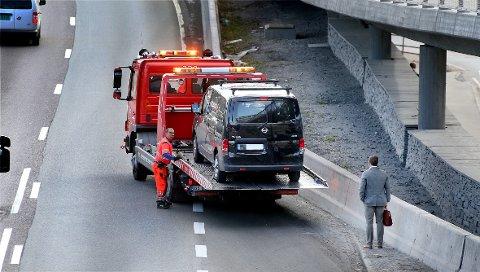 HJELP MED LASTEPLAN: Her taues bilen inn, i kjølvannet av munnhuggeriet på busslommen.