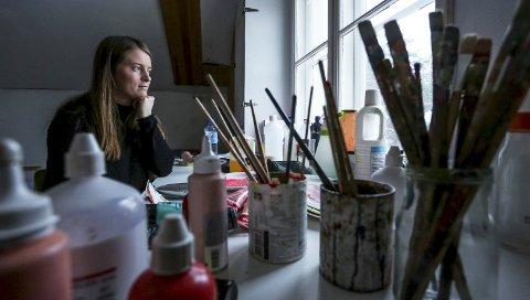 Savner storbylivet: – Nå på vinteren savner jeg storbylivet med gallerier og museum, men jeg har blitt veldig glad i Risør, forteller kunstmaler Henriette Martinsen.