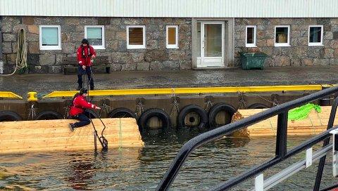 Redningsskøyta Inge Steensland bidro i innsatsen med å få planker på land.