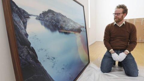 Kunstfotograf Ole Brodersen fikk i 2017 kulturstipend fra Risør kommune. Nå stiller han ut i Kunstparken, som takk for pengene.