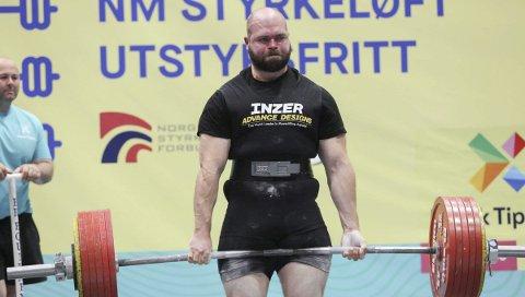 FORTSATT STERK: RIsør-gutten Martin Borgland Rønning reiste hjem fra NM-veka i Stavanger med NM-sølv etter å ha løftet til sammen 790 kilo.