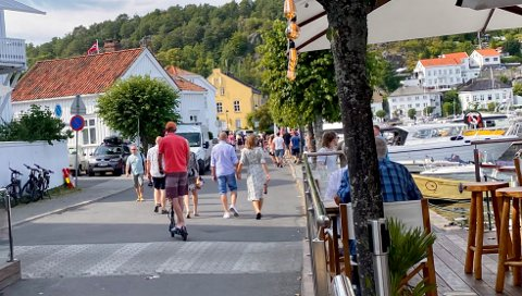 I Strandgata kan det til tider være skummelt å være fotgjenger når sparkesyklene kommer i en fart av 25 kilometer i timen. (Illustrasjonsfoto)