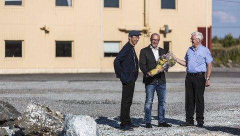 SATSAR STORT: RadøyGruppen AS vil satsa vidare på Radøy, og har no kjøpt den såkalla Jotun-tomta, der målingsfabrikken låg tidlegare. Frå venstre: ordførar Jon Askeland, dagleg leiar Lasse Ståløy og prosjektleiar Olav Ståløy.