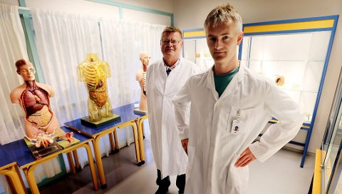 Overlege Sveinung Sørbye (foran) ønsker å vaksinere menn mot oralsex-kreft. Foto: Yngve Olsen Sæbbe