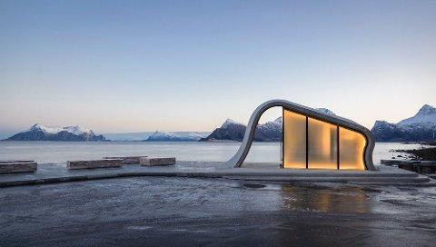 Det bølgeformede bygget på Ureddplassen i Gildeskål er nominert til Glassprisen 2019.