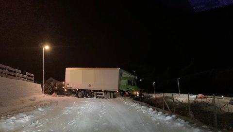 Slik sto lastebilen i 19-tiden fredag kveld.