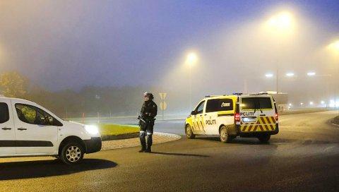 Her stanser politi biler i tåka i tromsø-trafikken. Foto: Sissel Wessel-Hansen