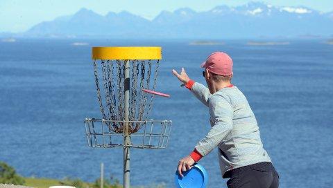 Frisbeespillere oppdaget at gammelt plastsøppel ikke holdt seg på plass under aktivitetsparken. Kommunen lover å rydde opp.