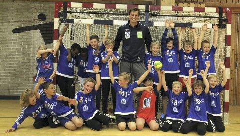 Årstads lag for gutter født i 2007 fikk besøk av landslagsspiller Magnus Rød. Som en del av prosjektet «Minihåndballguttene» er Rød utpekt som mentor til Mats Østgulen (i rød drakt).