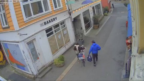 Overvåkingsbilder fanget opp tyvene på sykkel i Skostredet.