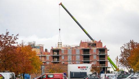 LØFTES VEKK: Heiesekrana som de siste åtte månedene har stått på byggeplassen til Fjordbyen Atrium demonteres og løftes vekk, bit for bit.