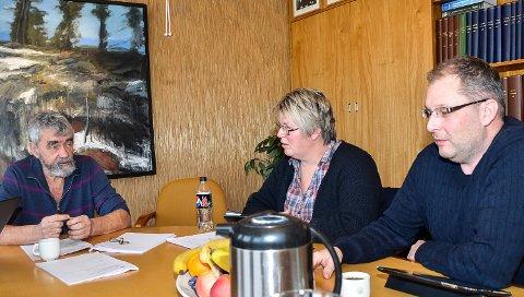 UENIGE: Aps Ordfører Gustav Kalager (f.v.) vil ha to skoler, varaordfører Linda Aaskjær (Ap) er usikker, mens Per Kristensen (H) vil ha én skole Krødsherad