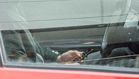 DETTE BLIR LANGT DYRERE: Det forenklede forelegget for håndholdt mobilbruk i bil øker fra 1500 til 5000 fra midnatt.