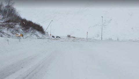SNØSKRED: Tysdag formiddag gjekk det eit snøskred ved Lunde på riksveg 5 mellom Støylsnestunnelen og Fjærlandstunnelen.