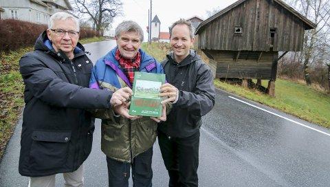 Kandidat 5: Karl Ottar Fjeld (fra venstre), Svein Åstrøm og Lars Ole Klavestad med bind 14 i serien om gårder og slekter i Borge.