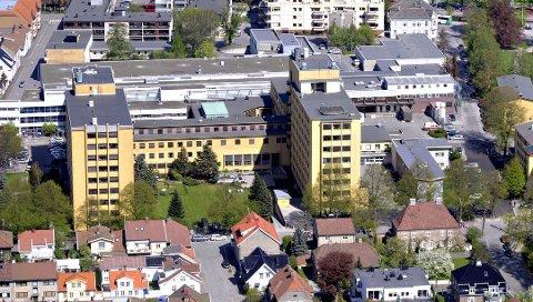 Utvikles: Sykehusområdet vil bli totalt endret når bygningene skal omgjøres til leiligheter. Kommunen har i tillegg et ønske om å kjøpe den delen av tomta som ligger rett utenfor bildet til høyre, for å bygge ut Cicignon skole.