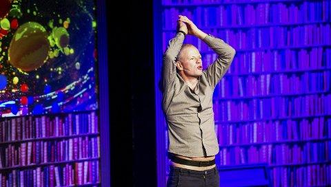 Satirisk: Are Kalvøs stand-up-forestilling har mye teater i seg. Han bruker musikk, lys, kulisser og rekvisitter. Her parodierer han politikere: Foto: Johnny Leo Johansen