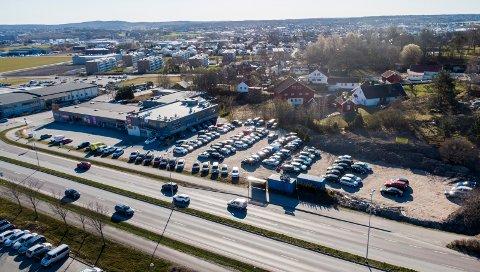 Kan bli tvunget til å flytte: Autohuset Fredrikstad holder til i Rolvsøyveien 201, hvor det ikke er tillatt bilforretning. Nå har kommunen søkt om endring, men fylkesrådmannen og fylkesordføreren går i mot. (Foto: Erik Hagen)