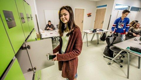 Forbud i fjor: Borge er en av ungdomsskolene som har mobilforbud. Elevene må låse telefonene inn i skapet når skoledagen begynner, slik fjorårets elevrådsleder Ann-Cathrin Olsen viser på bildet.
