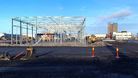 Fredrikstad kommune setter opp nye bygg i Tomteveien. Her skal det bli garasjer for renovasjonsbilene og VA i kommunen skal ha garasje til sine biler. Det blir et nytt anlegg for fylling av biogass og ladeplass til 25 elbiler.
