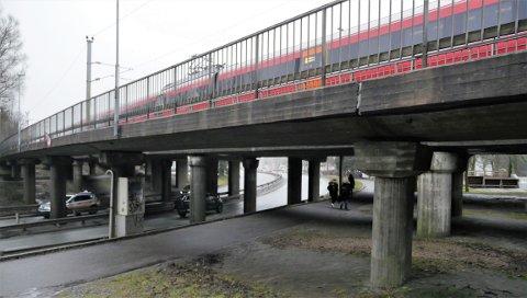 Synker: Bruene ved Steffensjordet er skadet på grunn av setninger, kart viser at grunnen ved Rolvsøyveien beveger seg.  Like i nærheten skal byen få ny stasjon, på Grønli. (Foto: Øivind Lågbu)