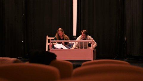 """Urpremiere: St. Croix Teaterensemble setter opp stykkene """"En dobbeltseng"""" og """"Den fremmede"""" på Speilet i slutten av februar. – Vi ønsker å gi publikum en annerledes teateropplevelse. Dette stykket har aldri vært vist før noen sted, forteller Mie Friis Orre. På bildet ser vi Nina Marie Strand og Jacob Karlsen som trakterer hovedrollene."""