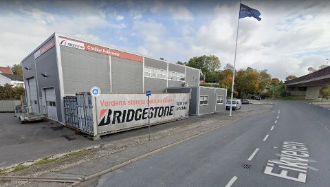Tre ansatte og en kunde er smittet på Greåker Dekksenter. Foto: Google Maps