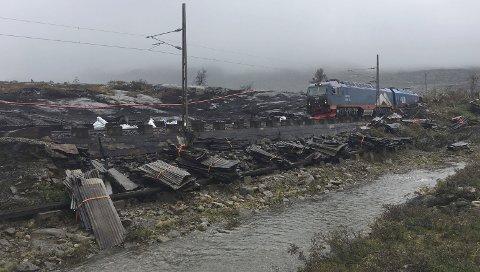 VOLDSOM: Brannen på Ofotbanen i august 2018, var voldsom. Det 360 meter lange  snøoverbygget «Tjuvoverbygget» og ei hytte brant ned.