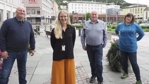 VIL HA SVAR: Gruppelederne Mikael Rølvåg, Tina Denstad, Paul Rosenmeyer og Ragne Johnsen Megård vil gjerne vite hva det vil koste å føre vann frem til Øyjord fra Nygård kraftverk på Trældal.