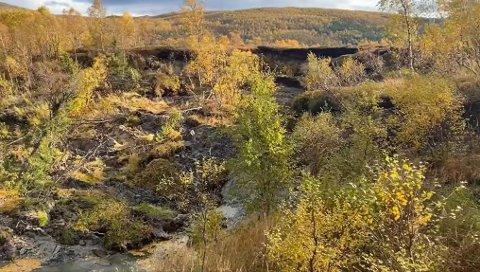 STENGER NESTEN ELVELØPET: Leirraset har gått ut i Vollelva og stenger nesten hele elva. Foto: Gunnar Johansen