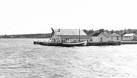 Dampskipsbrygga ca.1960 hvor Hortens brygge holdt til. Legg merke til mannen med fisken og Foldinskøyta.