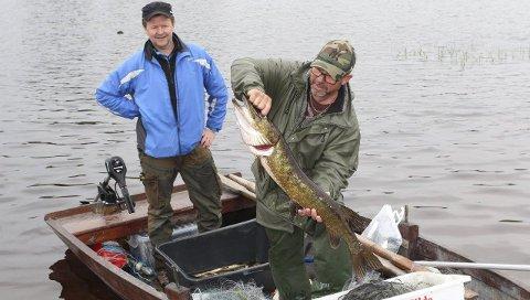 HARSTADSJØ GJEDDA: Det var ei gjedde av det store slaget  Hans Jørgen Ovlien (t.v.) og Petter Bentzon fikk opp i båten fra dypet av Harstadsjøen lørdag.