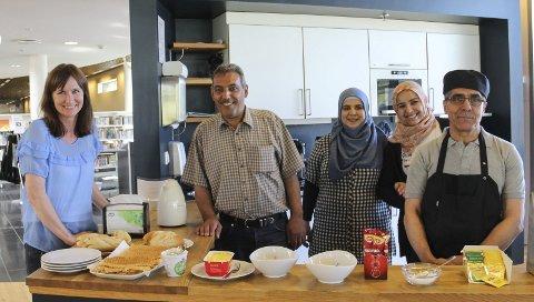 SØRGER FOR VAFLER PÅ BIBLIOTEKET: Abdullah Badr, Rima Debies, Khalysa Sayed og Husein Kasado. Biblioteksjef Stine Raaden, til venstre, er strålende fornøyd.
