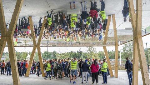 SPEILER DISTRIKTET: I taket under inngangspartiet er det speil. Materialvalgene på den nye ungdomsskolen trekkes fram som passende i distriktet.FOTO: JENS HAUGEN