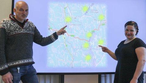 INNKOMMENDE HØYHASTIGHETSBREDBÅND: Per-Ivar Sveheim og Margrethe Haarr viser fram områder som ligger i planleggingskøen for utbygging. – H'en står for høyhastighetsbredbånd, forklarer Sveheim. Kommunen har nå bestemt seg for at det skal bygges, og at de er villige til å bla opp for å få jobben gjort.FOTO: ARNFINN STORSVEEN
