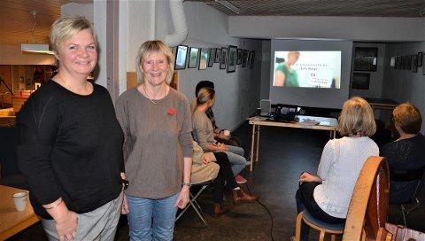 Mona Skara (t.v.) og Laila Tuer Lund i hukommelsesteamet i Åsnes kommune under kursingen av de ansatte på biblioteket. (Foto: Tor Jostein Sørlie)