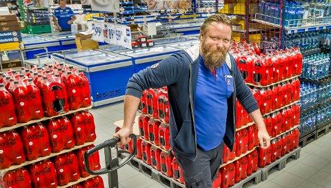 SVENSKEPRISER:  Flere butikkjeder har satt ned prisen midlertidig på mineralvann for å konkurrere med svenskeprisen. Kjøpmann Raymond Pakarinen har økt brussalget sitt med 60 % sammenlignet med for to år siden.